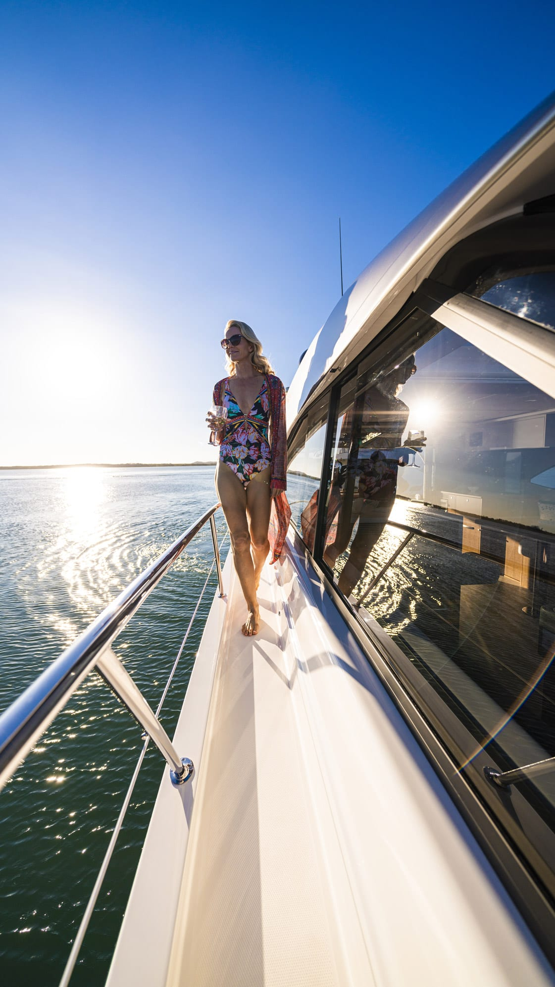 Riviera 5400 Sport Yacht Platinum Edition Side deck 01