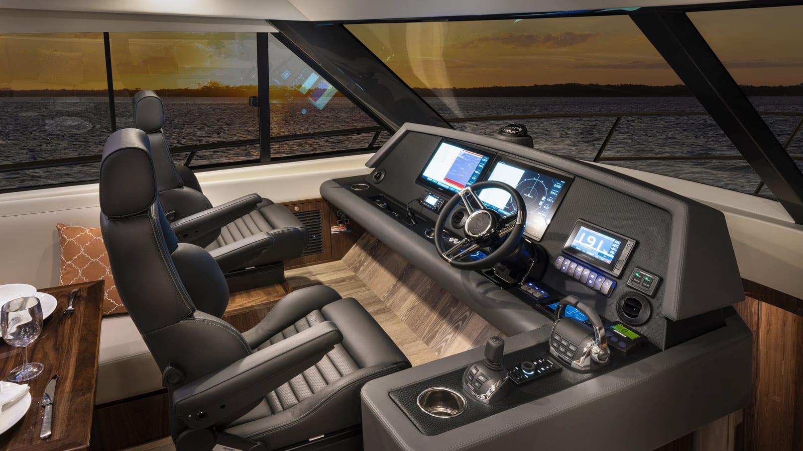 Riviera 545 SUV Helm 01