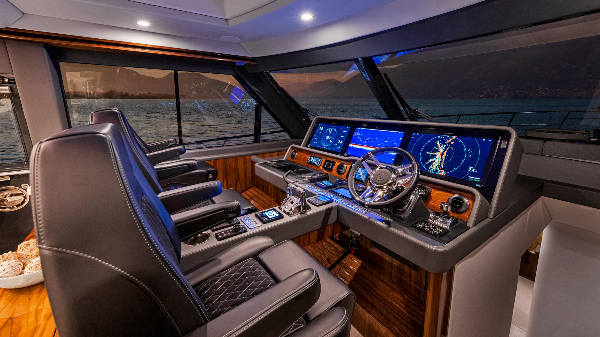 Riviera 645 SUV Helm 01